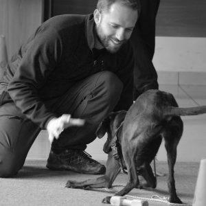 Angelo Vaira gioca con un cane