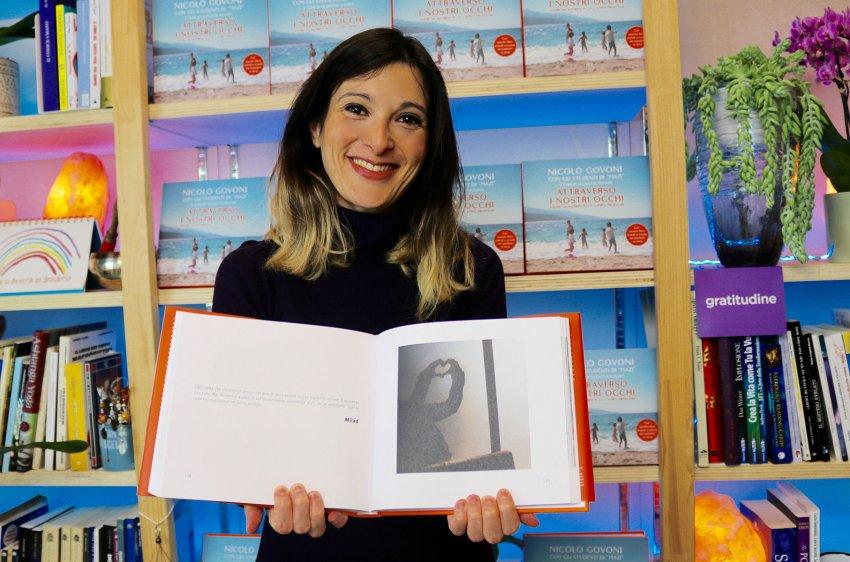 Attraverso i Nostri Occhi - Lisa con il libro
